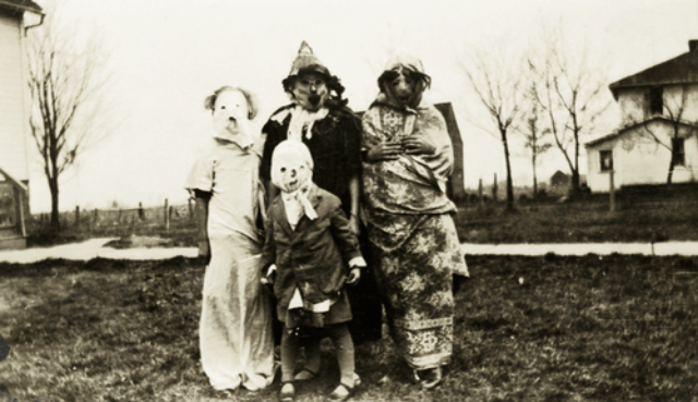creepy-halloween-costumes-1930s-40s-4.png